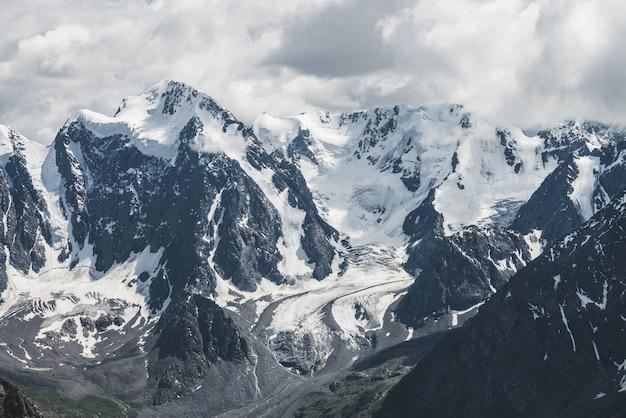 Geleira de suspensão maciça na montanha gigante