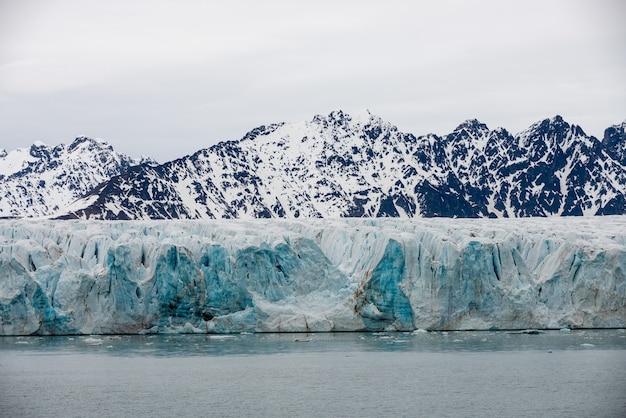 Geleira em svalbard, ártico - vista do navio da expedição