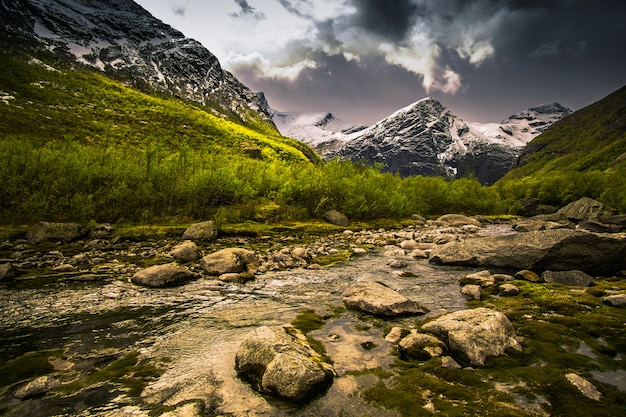 Geleira na montanha. paisagem pitoresca. papel de parede natural. paisagem escandinava de montanha. fundo de primavera. parque nacional jostedalsbreen na noruega. proteção da natureza. aquecimento global