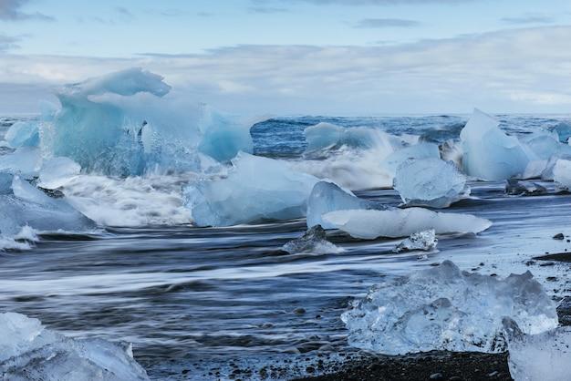 Geleira na praia vulcânica preta islândia