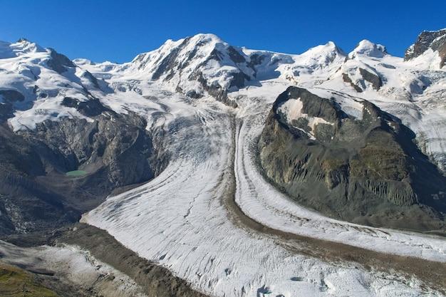 Geleira nos alpes suíços, neve e gelo, bela paisagem alpina de verão nas montanhas,