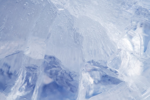 Gelo azul lindo com rachaduras. fundo gelado