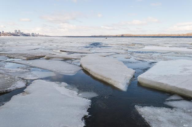 Gelo da mola que deriva no rio.