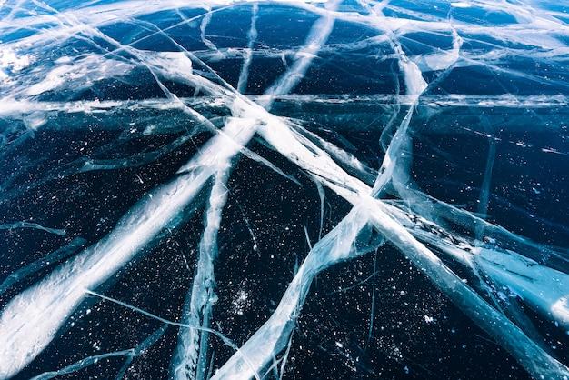 Gelo de quebra natural na água congelada no lago baikal, sibéria, rússia.