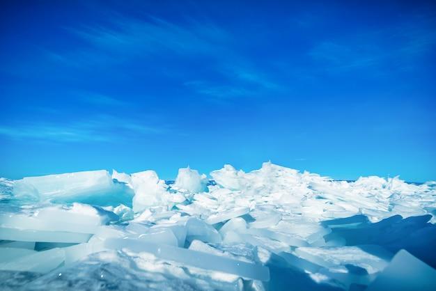 Gelo de quebra natural sobre a água congelada no dia no lago baikal, sibéria, rússia.