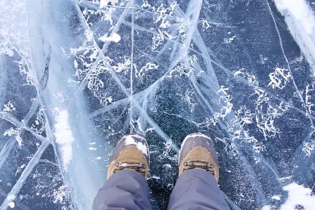 Gelo e rachaduras na superfície do lago baikal