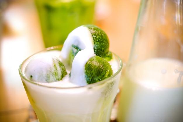 Gelo feito de chá verde depois coberto com leite fresco