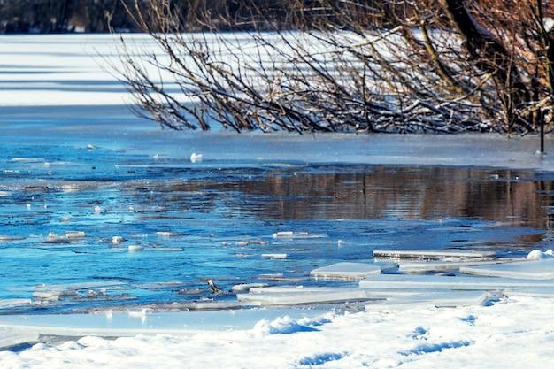 Gelo na margem do rio durante o degelo