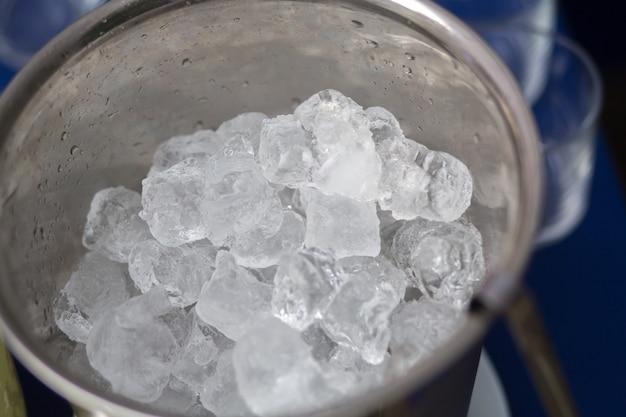 Gelo na mesa do buffet no verão para bebidas