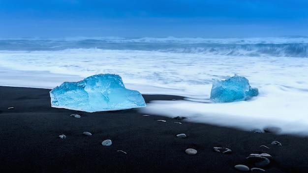 Gelo na praia preta perto da lagoa da geleira de jokulsarlon, praia daimond, islândia.