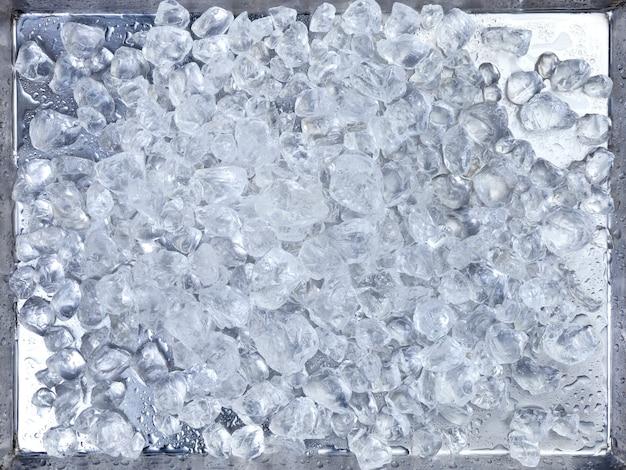 Gelo picado em uma bandeja