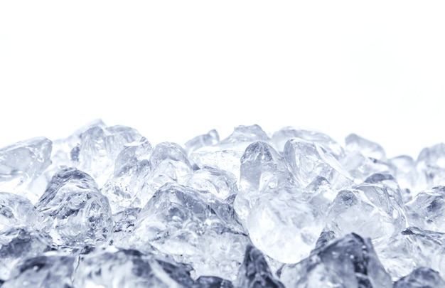 Gelo picado no fundo branco