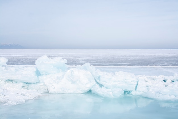 Gelo quebrado no lago congelado no lago baikal, rússia