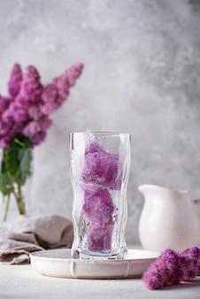Gelo roxo de ervilha borboleta em vidro