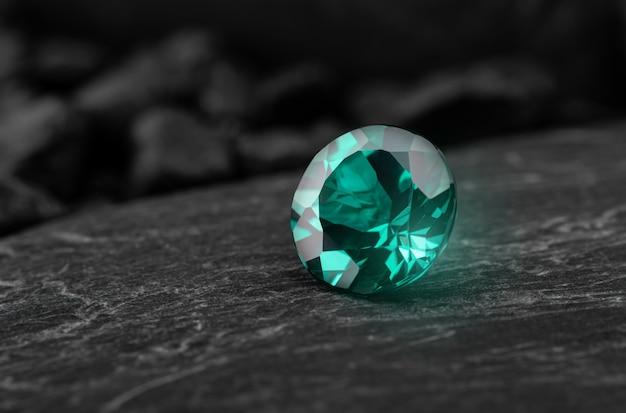 Gema de safira oriental esmeralda verde com rocha escura