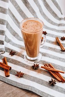 Gemada de inverno tradicional em caneca de vidro com leite. café