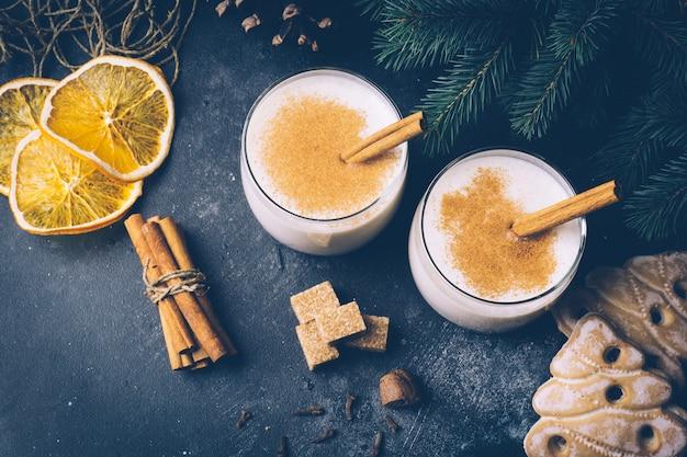 Gemada (ovo-nog), bebida tradicional do inverno natal com canela, cravo e noz-moscada. bebidas caseiras. clima de inverno natal.