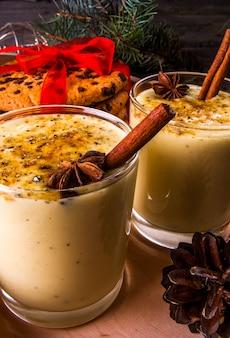 Gemada tradicional da bebida do natal em um fundo de madeira