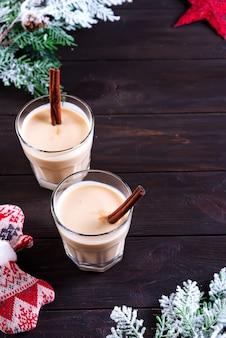 Gemadinha de gemada é uma bebida alcoólica ou coquetel em madeira escura, bebida de jantar de natal.