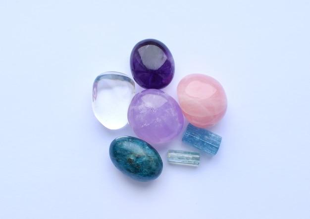 Gemas caídas de várias cores