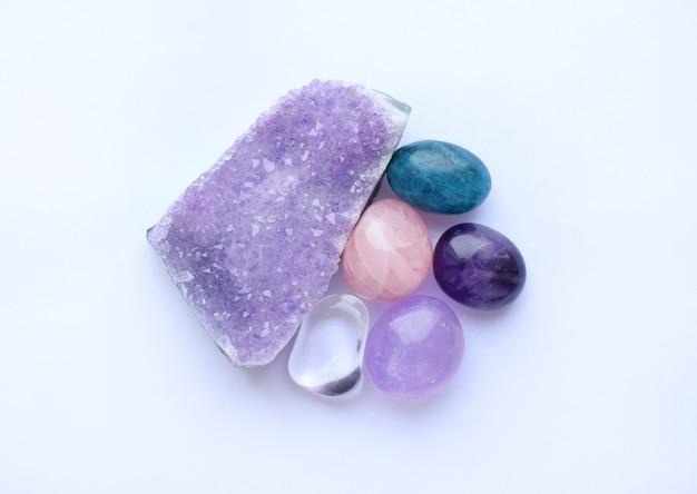 Gemas caídas e cristais de várias cores