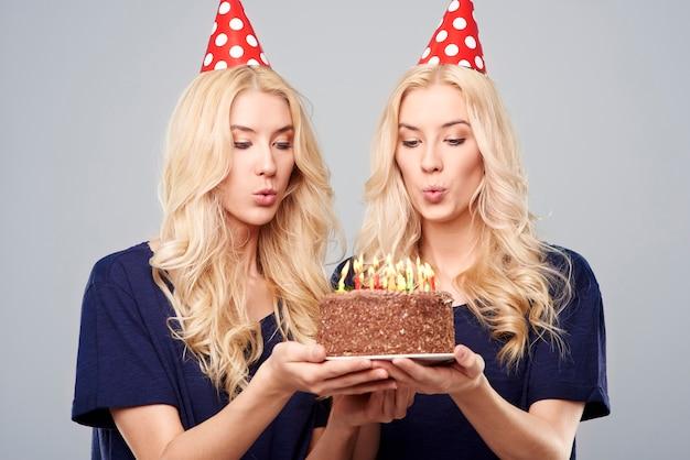 Gêmeas loiras comemorando aniversário