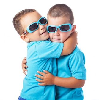 Gêmeos adoráveis que vestem as mesmas roupas