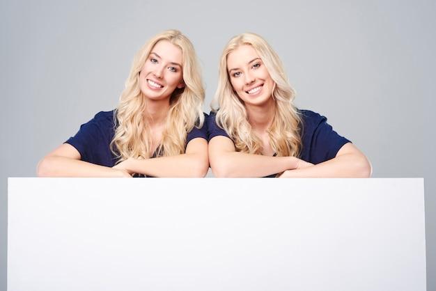 Gêmeos com outdoor vazio