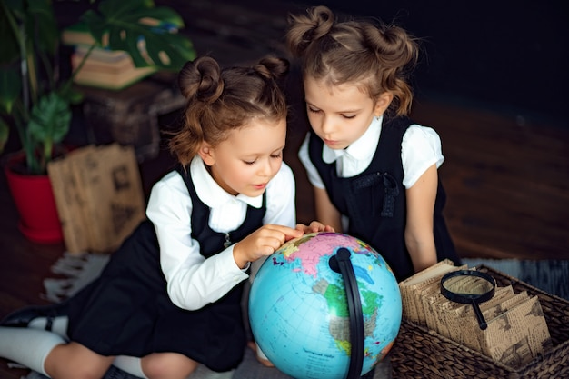 Gêmeos examinando o globo