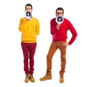 Gêmeos irmãos gritando por megafone