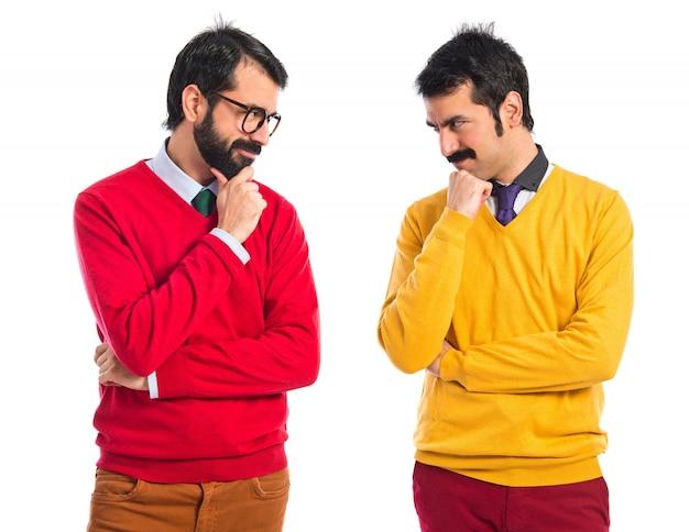 Gêmeos irmãos pensando