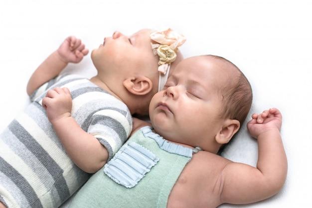 Gêmeos recém-nascidos, irmão e irmã, gravidez múltipla.