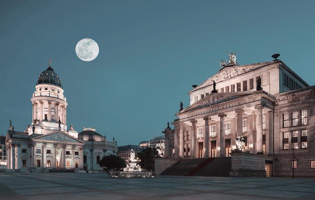 Gendarmenmarkt em berlim à noite com grande tolo moon sobre a igreja french dome