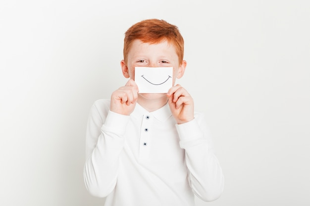 Gengibre menino com cartão de boca sorridente