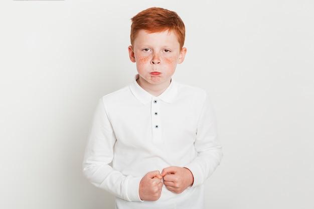 Gengibre menino com expressão de raiva