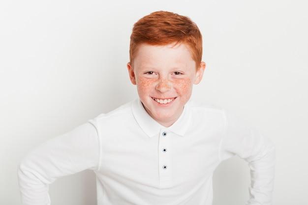Gengibre menino com expressão feliz