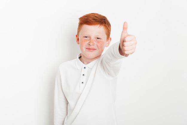 Gengibre, menino, fazendo, polegares cima