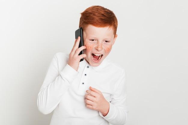 Gengibre, menino, gritando, enquanto, falando, ligado, smartphone