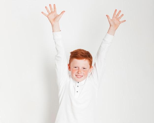 Gengibre, menino, levantamento, seu, mãos