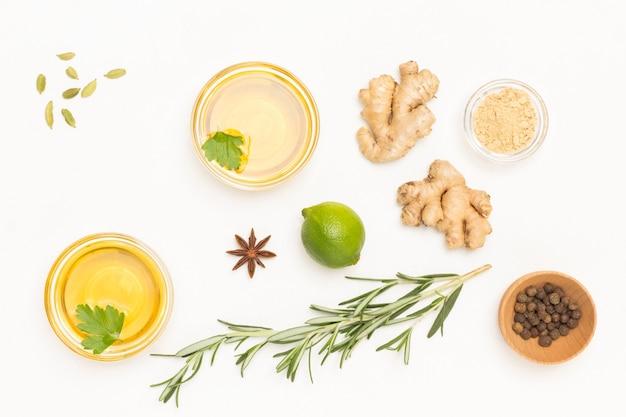 Gengibre, raminho de alecrim, chá e limão