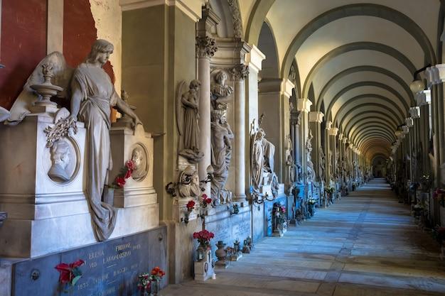 Genoa, itália - junho de 2020: corredor com estátuas - início de 1800 - em um cemitério católico cristão - itália