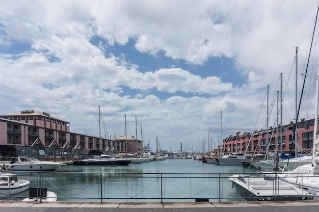 Genoa, itália. o porto e o centro de negócios.
