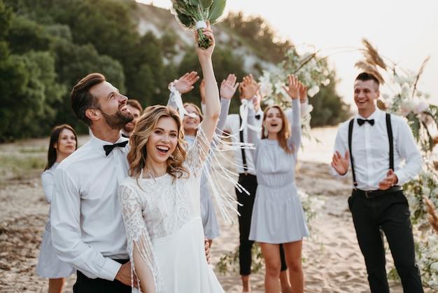Gente bonita comemorando casamento na praia