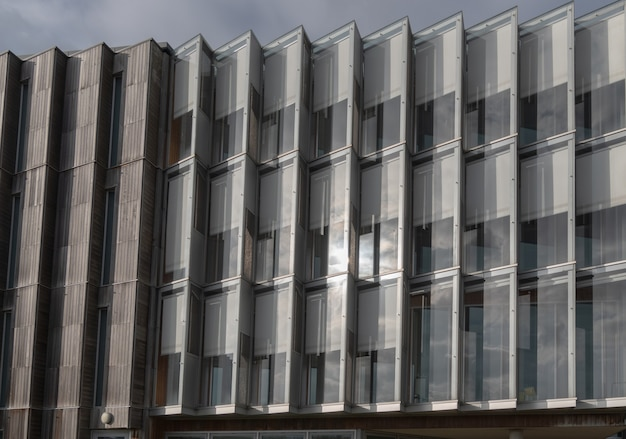 Geometria arquitetônica edifício moderno, janelas escalonadas com reflexos