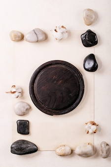 Geometria de layout criativo praças por natureza, materiais, papel, madeira e pedra. postura plana. Foto Premium
