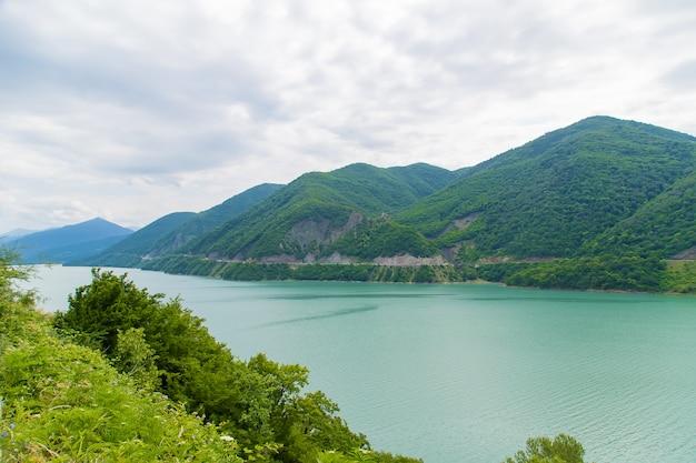 Geórgia, tbilisi. grande reservatório. lago na ervilha.