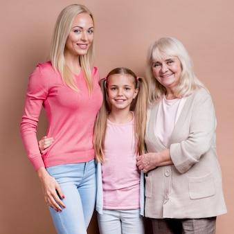 Geração de mulheres bonitas: vovó, mãe e filha