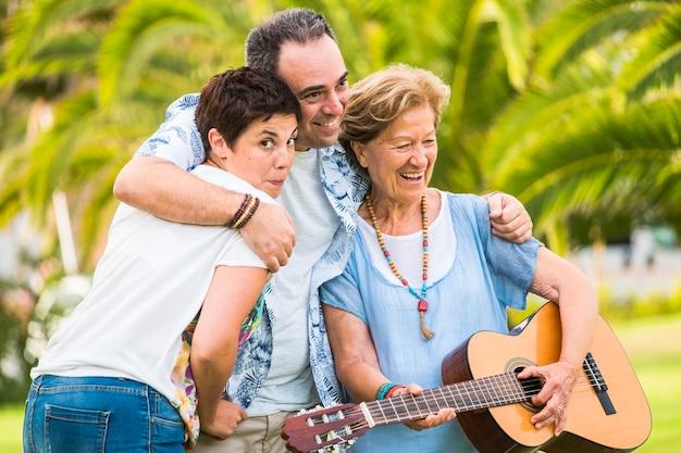 Gerações de diferentes idades misturadas juntas se divertindo na atividade de lazer do retrato da família
