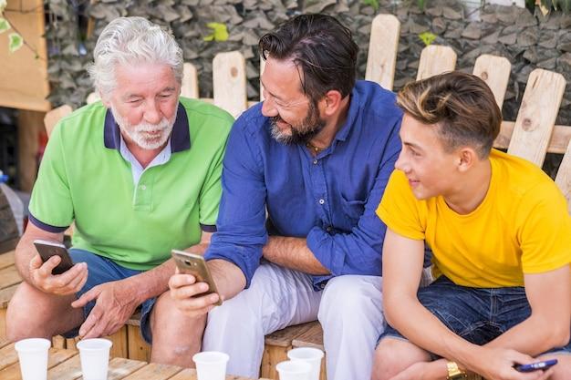Gerações familiares de homens com avô, pai e filho