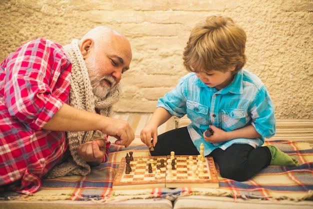 Gerações xeque-mate passatempos vovô com neto jogando xadrez